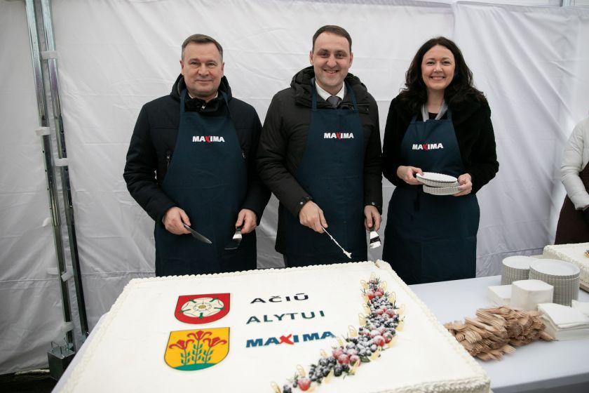 """""""Maxima"""" sako """"Ačiū"""" alytiškiams: dėkoja krašto gamintojams ir vaišina tortais"""