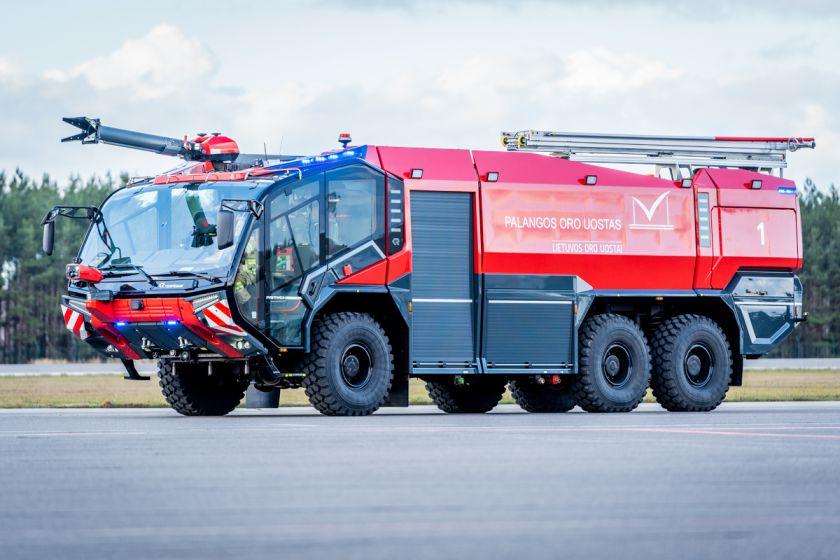 Palangos oro uoste pristatytas naujas priešgaisrinės tarnybos automobilis: analogišką techniką naudoja didieji pasaulio oro vartai + video