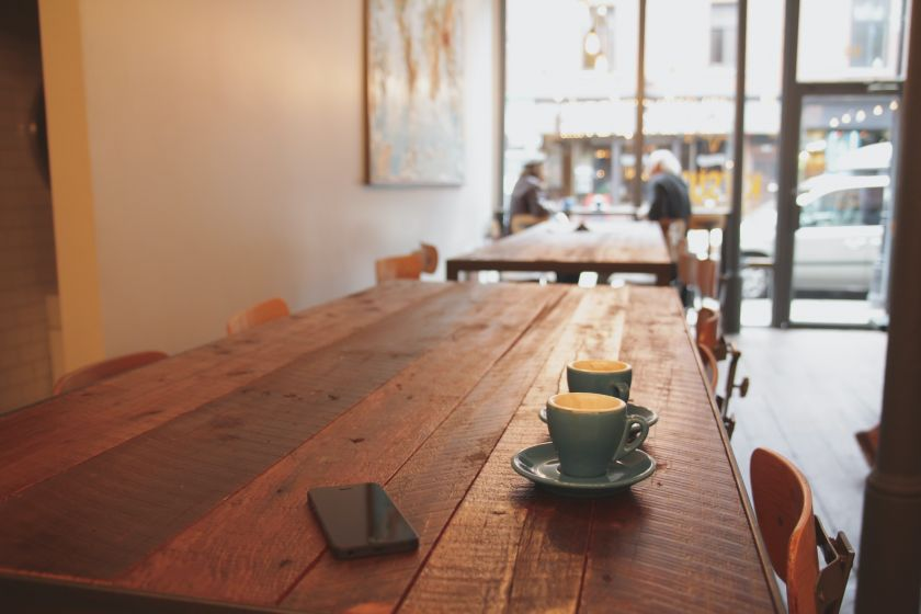 Atveriamos kavinės ir barai: išmanūs sprendimai, padėsiantys veikti saugiau ir efektyviau