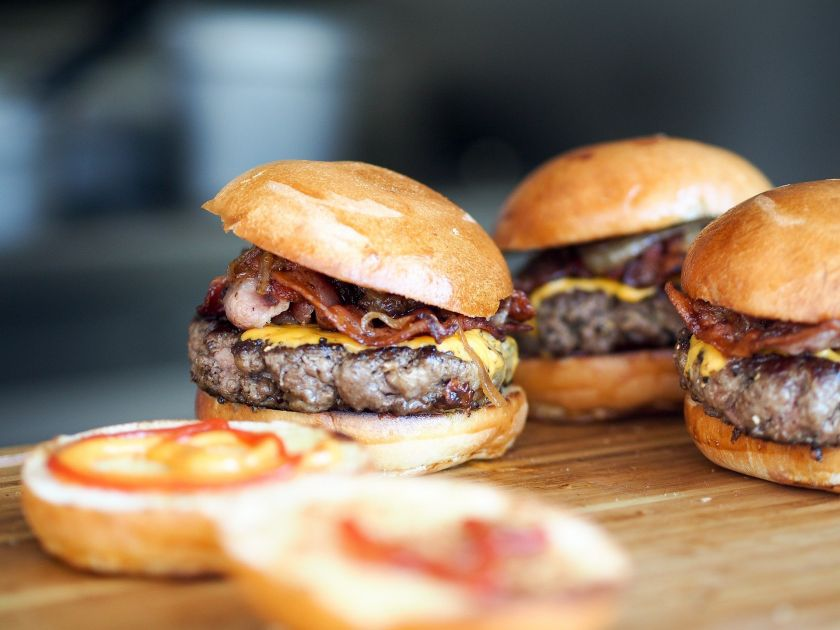 Šlovė kepsninių karaliui: Tarptautinės mėsainių dienos proga – dėmesys jų gamybos gudrybėms