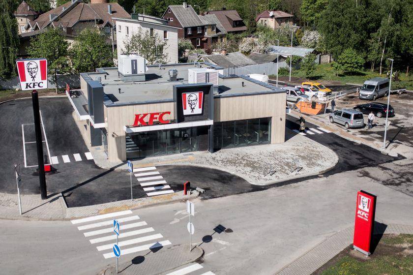 Šiauliuose duris atvėrė pirmas KFC restoranas Lietuvoje, kuriame maistą galima užsisakyti iš automobilio