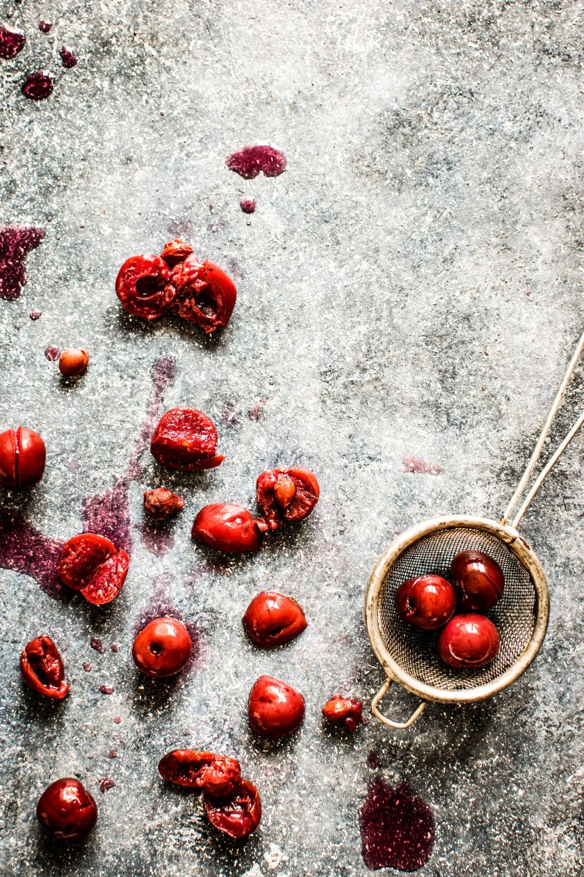 Vasaros akimirkas žiemos metu primenantys vyšnių sirupas ir pomidorų padažas – kaip juos gaminat sutaupyti laiko ir pinigų?