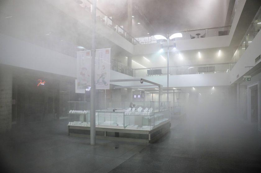"""Kauno """"Akropolyje"""" – papildomos saugumo priemonės: artėjant rudeniui atlikta nuodugni prekybos centro patalpų dezinfekcija"""